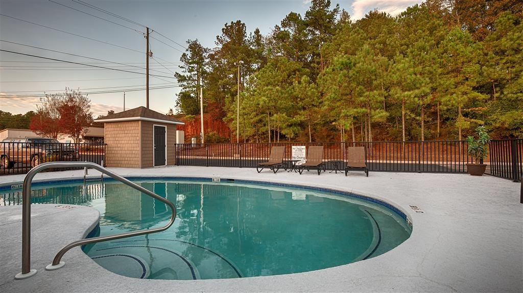Best Western Suites - Notre piscine extérieure est l'endroit parfait pour se détendre, que vous souhaitiez vous prélasser au bord ou plonger dedans.
