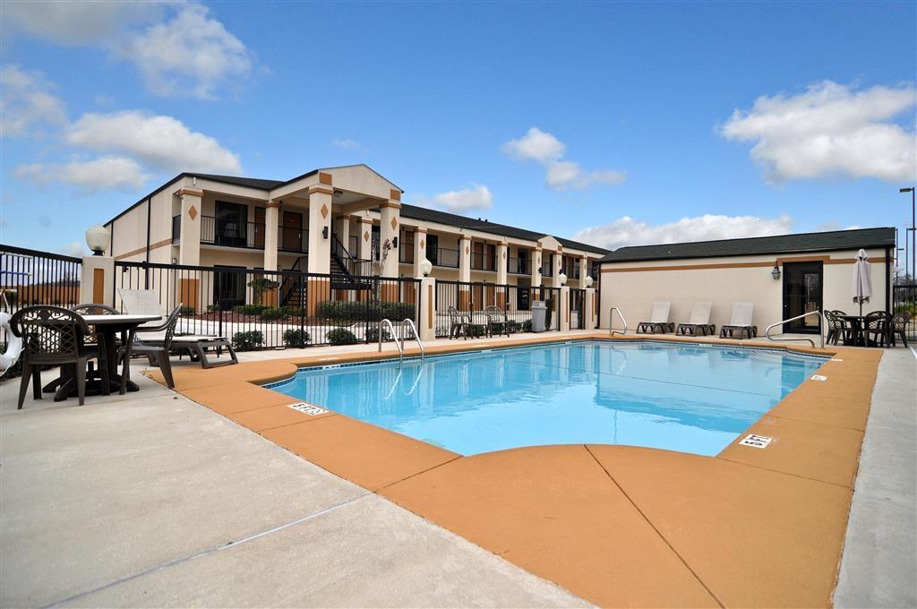 Best Western Inn - Disfrute de un baño en nuestra piscina al aire libre.