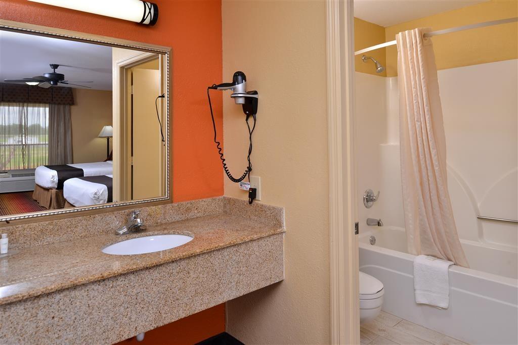 Best Western Inn - Nuestros cuartos de baño cuentan con un amplio tocador para que pueda colocar cómodamente sus productos personales.