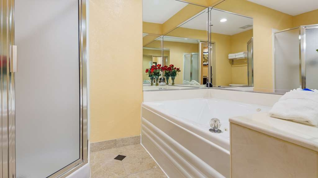 Best Western Plus Carlton Suites - Upgraded showerheads are just some of our new enhancements in our guest bathrooms.