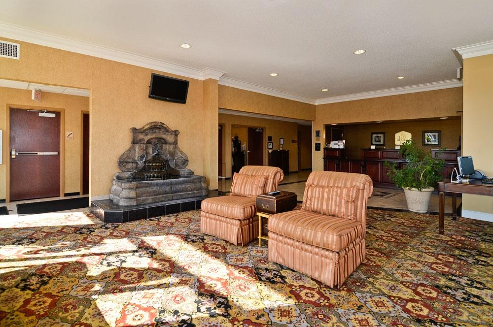 Best Western Plus Two Rivers Hotel & Suites - Come and enjoy the relaxing atmosphere of our lobby offering a place to socialize with other guests or members of your party.