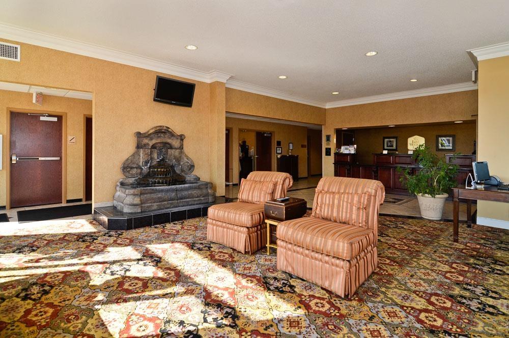 Best Western Plus Two Rivers Hotel & Suites - Profitez du hall de l'hôtel à l'atmosphère décontractée pour rencontrer les autres clients ou retrouver les membres de votre groupe.