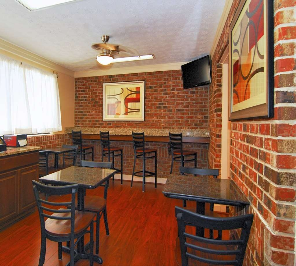 Best Western Auburn/Opelika Inn - Choose from a selection of seating to enjoy your morning meal.