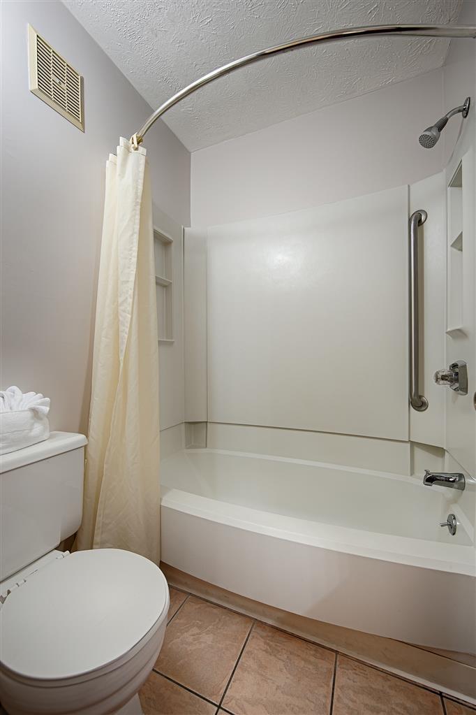 Best Western Acworth Inn - Prepárese con la mayor comodidad para un completo día de aventuras en este cuarto de baño con un completo equipamiento.
