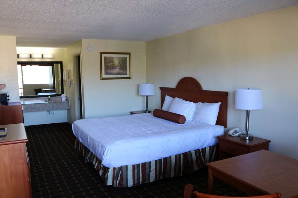 Best Western Milton Inn - One king size bed non smoking in the exterior building facing the parking lot. Come with table, two chairs and mini micro/fridge.
