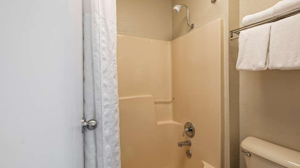 Best Western Shenandoah Inn - Bathroom