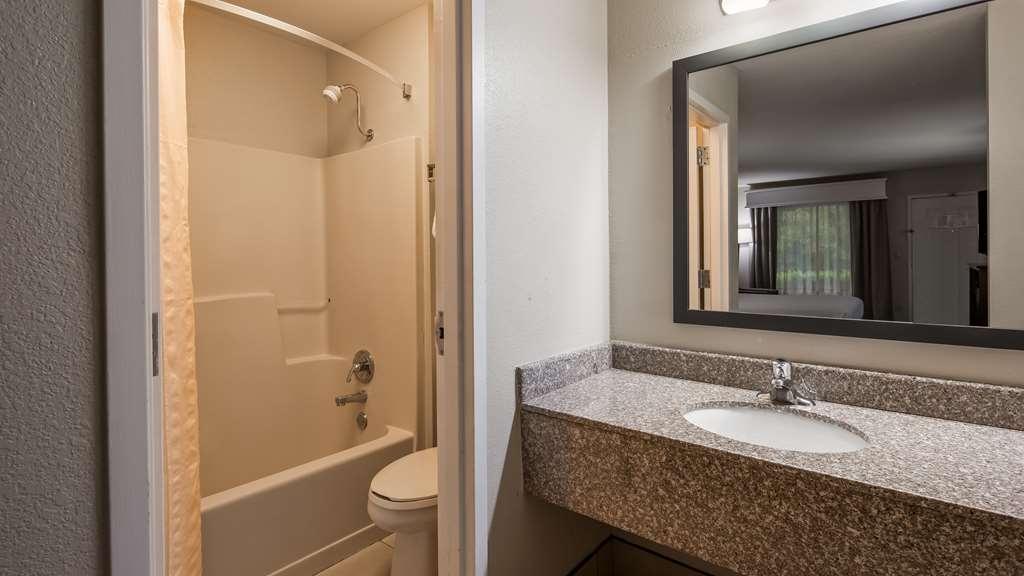 Best Western Shenandoah Inn - Guest Bathroom