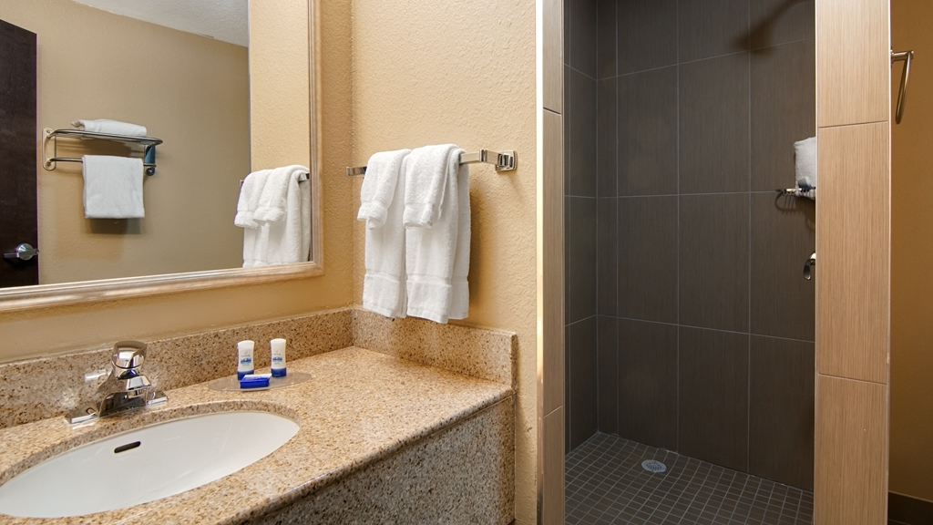 Best Western Plus Atlanta Airport-East - Enjoy the newly remodeled walk in showers available in select rooms.