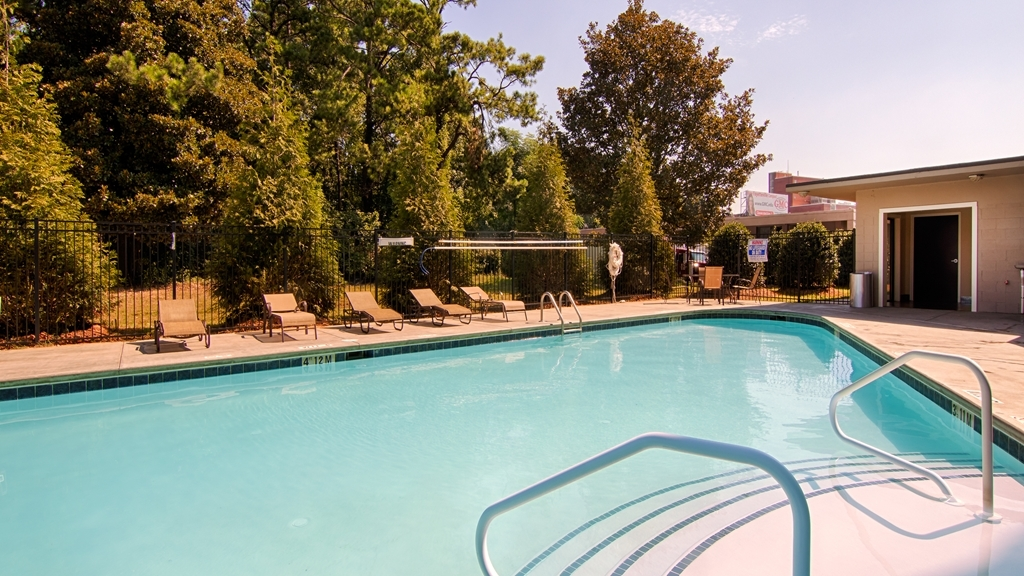Best Western Plus Atlanta Airport-East - The outdoor pool is open May through October, 9am to 9pm.