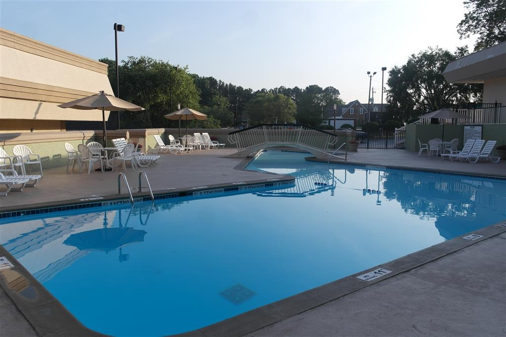 Best Western Southlake Inn - Have some fun in the sun with your family at our outdoor pool, complete with a picnic area.