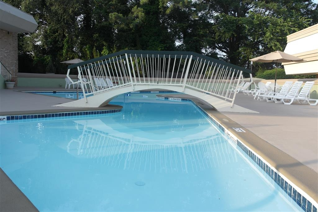 Best Western Southlake Inn - Soak up the sun in one of our comfortable lounge chairs by our outdoor swimming pool.