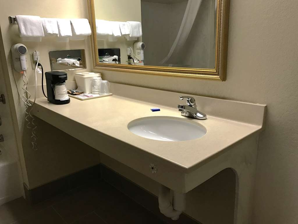 Best Western Inn & Suites - Accessible Bathroom