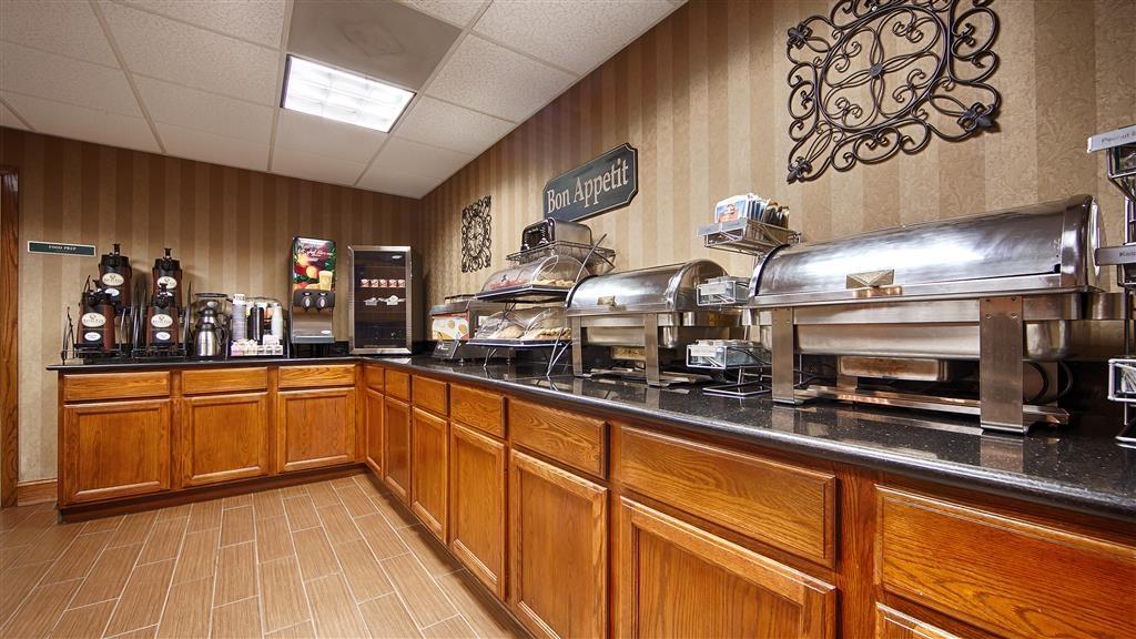 Best Western Plus Russellville Hotel & Suites - Installez-vous et profitez des informations du matin en buvant une délicieuse tasse de café.
