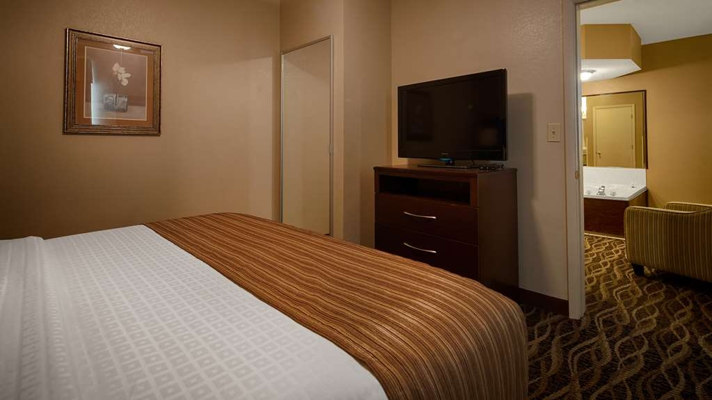 Best Western Plus Russellville Hotel & Suites - Presidential Suite Bedroom