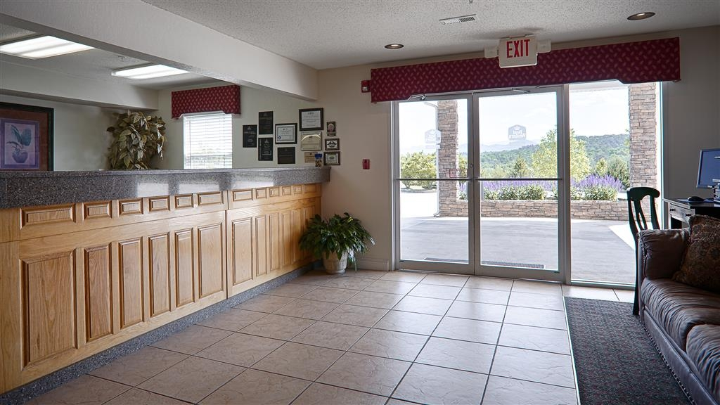 Best Western Mountain View Inn - Find a chair and chat with friends or flip through a magazine in our cozy lobby.