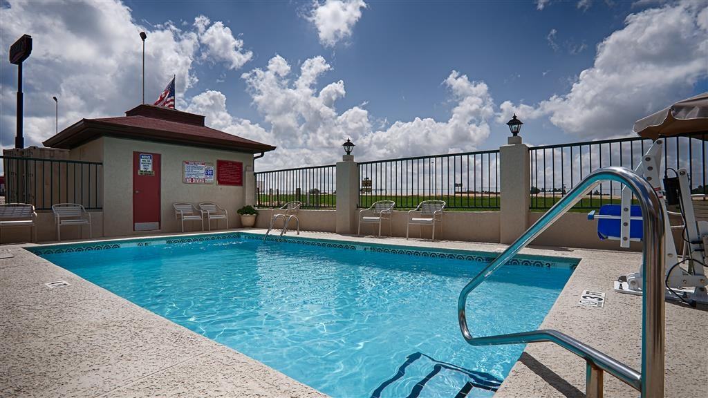 Best Western Ashburn Inn - Whether you want to relax poolside or take a dip, our outdoor pool area is the perfect place to unwind.