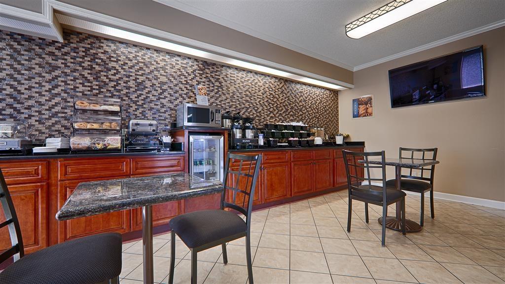 Best Western Ashburn Inn - Vea las noticias de la mañana mientras degusta una deliciosa taza de café.
