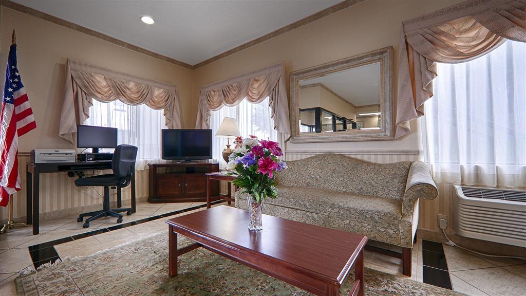 Best Western Ashburn Inn - Reúnase con sus amigos en el apacible entorno de nuestro vestíbulo.
