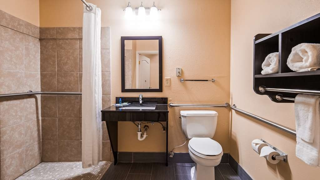 Best Western Bradbury Inn & Suites - Guest Room Bath