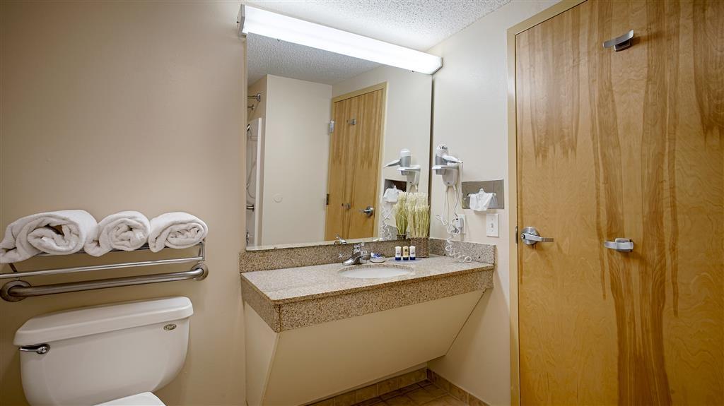 Best Western Plus Richmond Hill Inn - Nuestros cuartos de baño cuentan con un amplio tocador para que pueda colocar cómodamente sus productos personales.