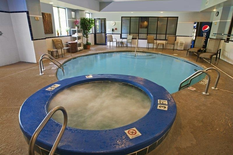 Best Western Plus Richmond Hill Inn - piscina cubierta