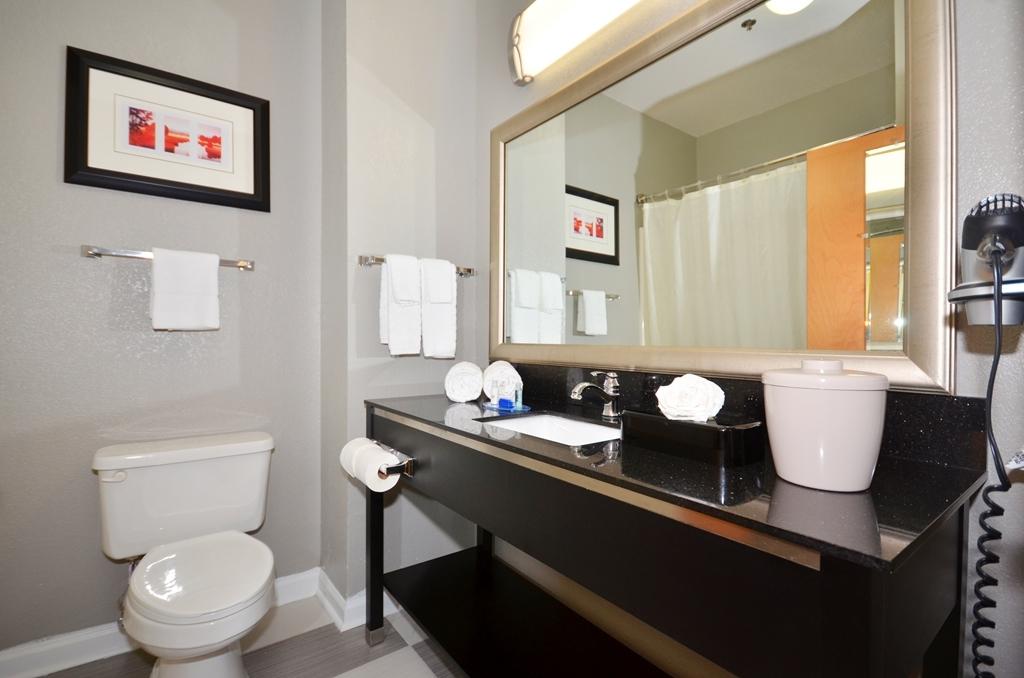 Best Western Commerce Inn - Guest Bathroom