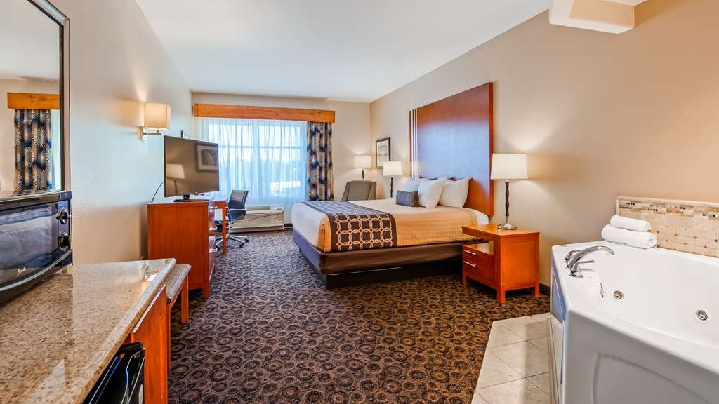 Best Western Plus Rose City Conference Center Inn - Suite