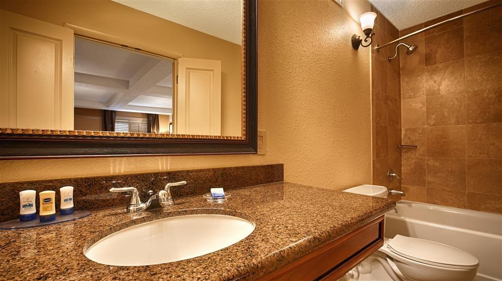 Best Western Savannah Historic District - Toutes les salles de bains disposent d'un très grand lavabo offrant assez de place pour pouvoir y poser vos affaires de toilette.