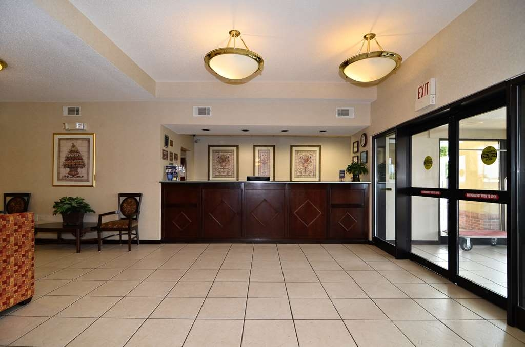 Best Western Hiram Inn & Suites - Our hotel lobby area offers a place to read a book or socialize with colleagues and friends.