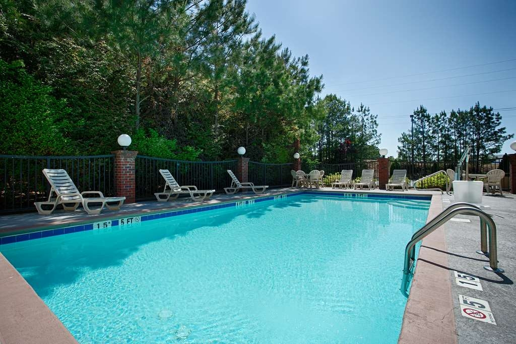 Best Western Hiram Inn & Suites - Soak up the sun in one of our comfortable lounge chairs by our outdoor swimming pool.