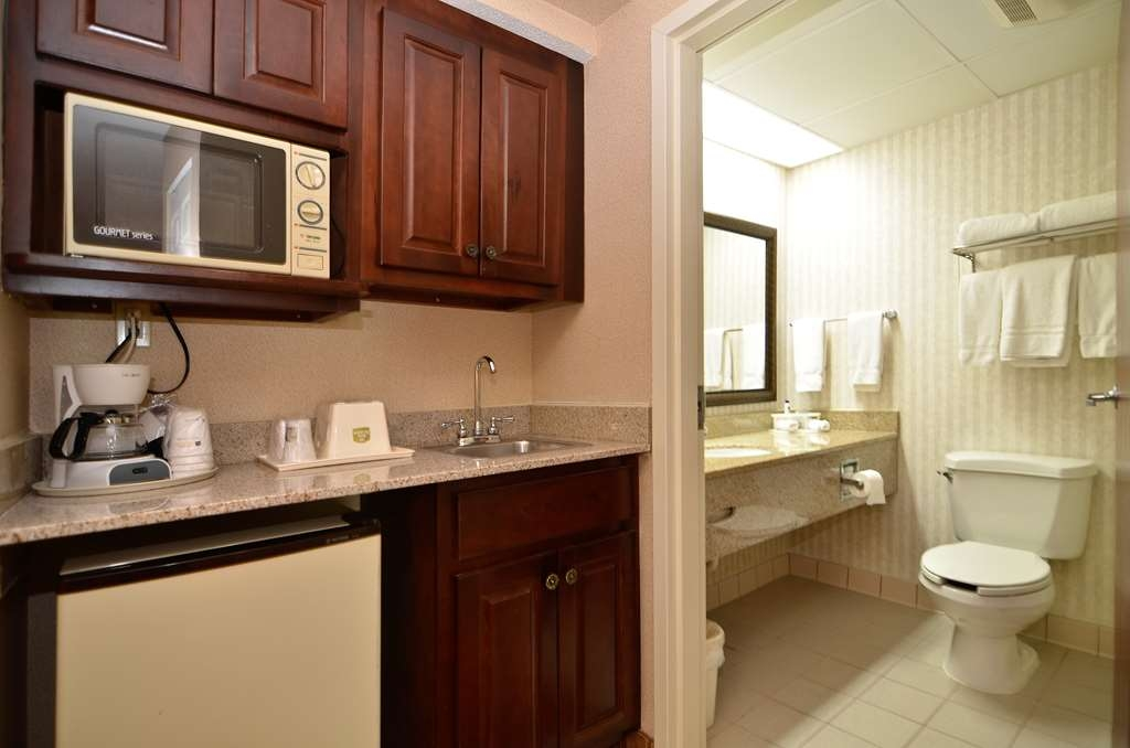 Best Western Hiram Inn & Suites - Enjoy getting ready for a day of adventure in this fully equipped guest bathroom.