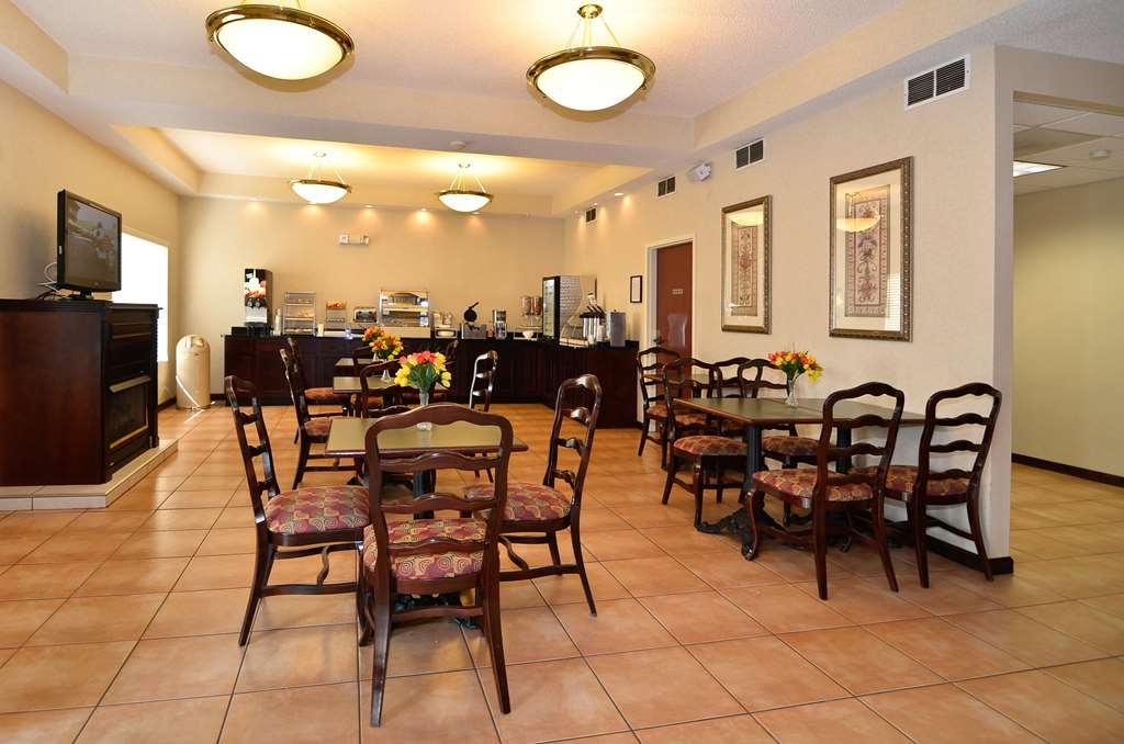 Best Western Hiram Inn & Suites - Choose from a wide selection of seating to enjoy your morning meal.