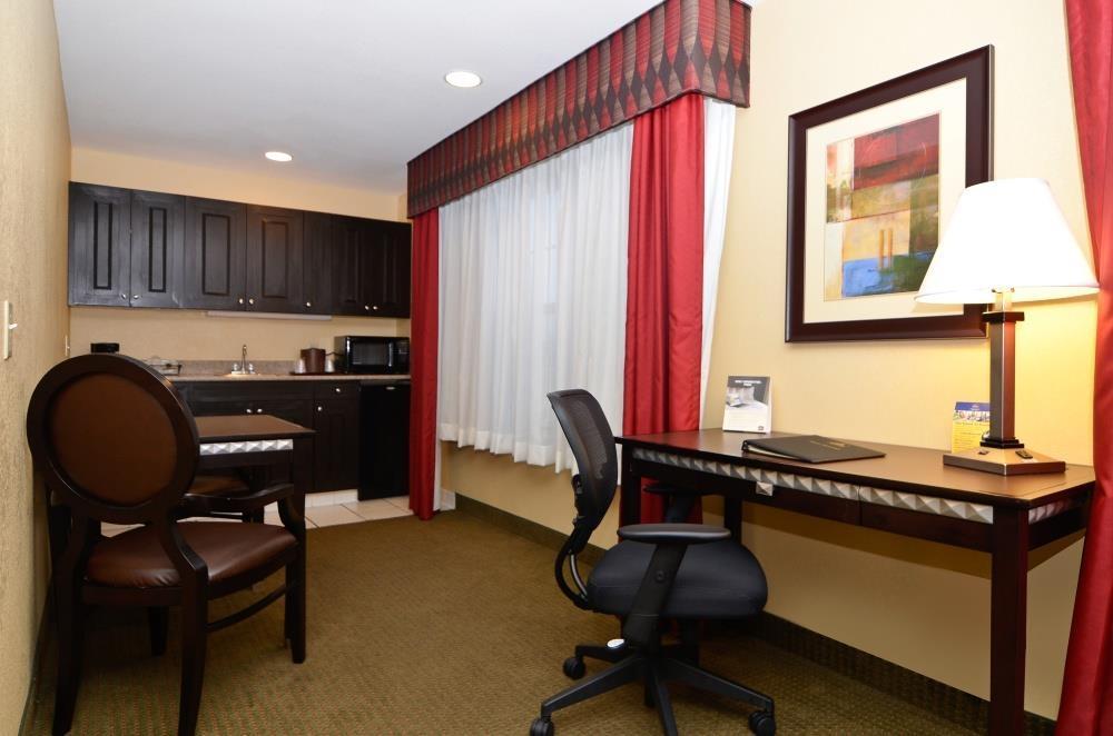 Best Western Plus Bessemer Hotel & Suites - Habitación con 2 camas de matrimonio grandes y cocina pequeña
