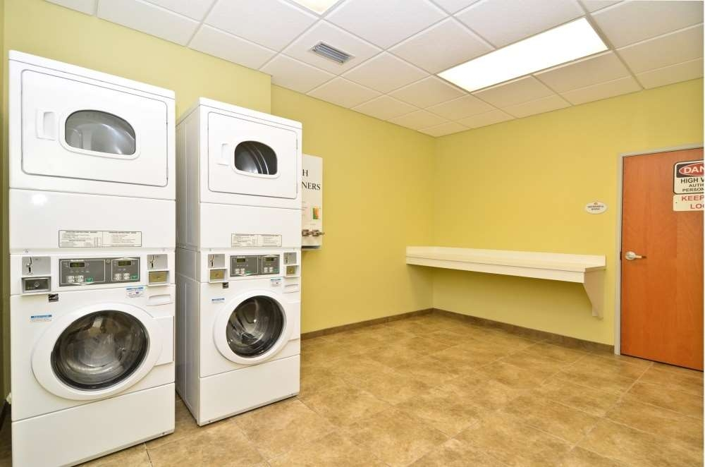 Best Western Plus Brunswick Inn & Suites - Laundry Facility