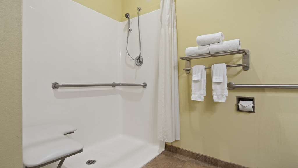 Best Western Plus Brunswick Inn & Suites - Enjoy getting ready for a day of adventure in this fully equipped guest bathroom.