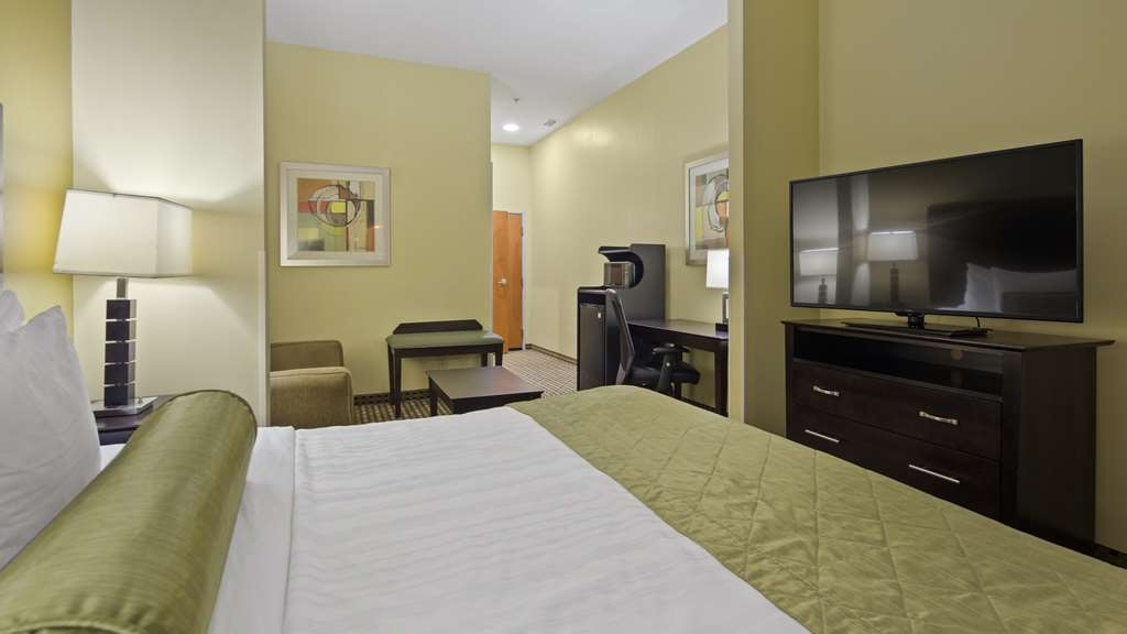Best Western Plus Brunswick Inn & Suites - Don't miss the morning news with our 49-inch flat screen HD TV's in every room.