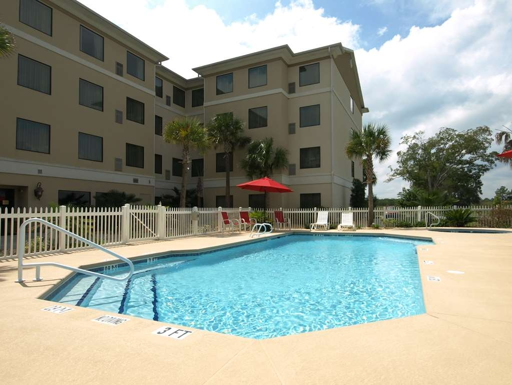 Best Western Plus Valdosta Hotel & Suites - Whether you want to relax poolside or take a dip, our outdoor pool area is the perfect place to unwind.