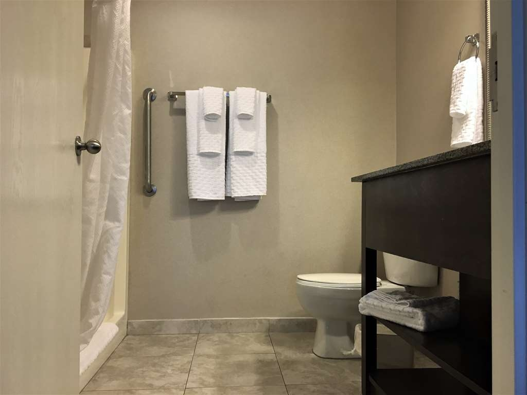 Best Western Plus Valdosta Hotel & Suites - Guest Bathroom