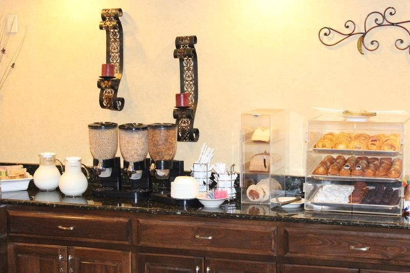 Best Western Plus Valdosta Hotel & Suites - Cold cereal and pastries.