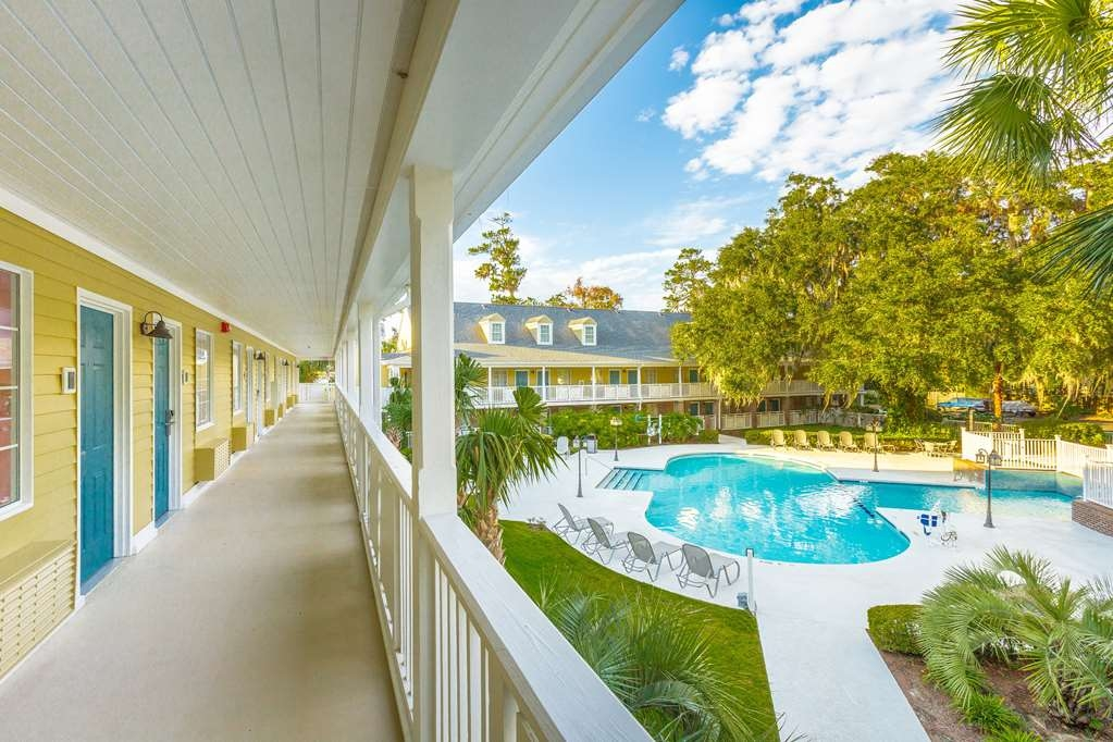 Best Western Plus St. Simons - Splash around and have fun with the family in our outdoor pool for endless hours of fun.