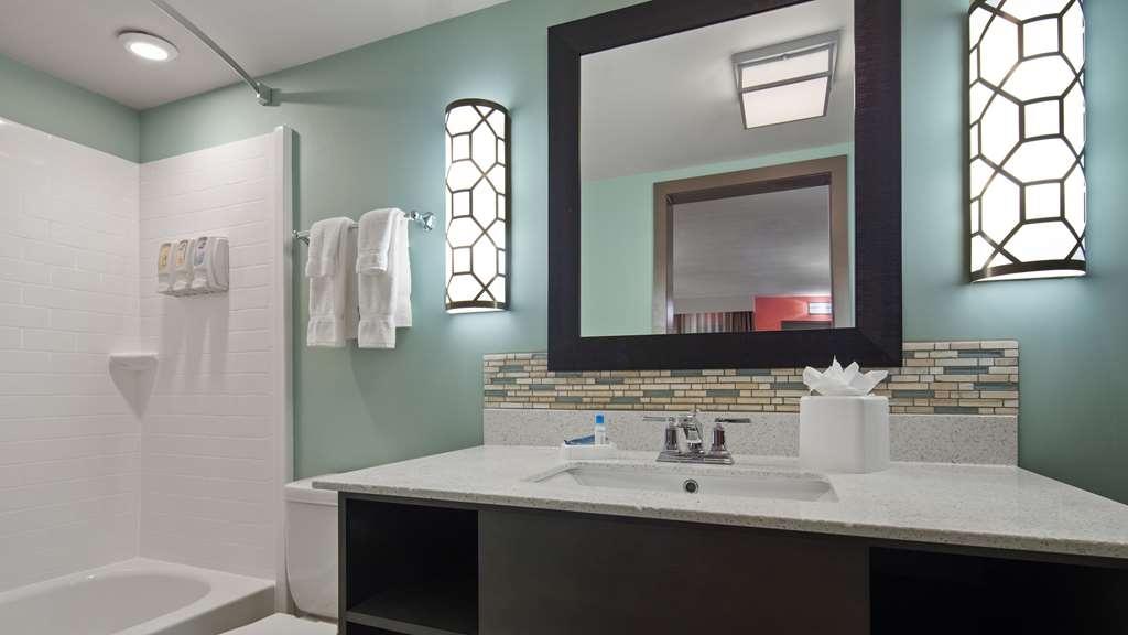 Best Western Plus St. Simons - Bathroom