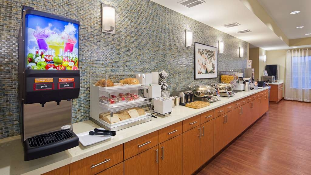 Best Western Plus Tuscumbia/Muscle Shoals Hotel & Suites - Our scrumptious breakfast features gourmet coffee, delicious pastries and waffles, assorted muffins and bagels and delicious biscuits and gravy. It's all complimentary.