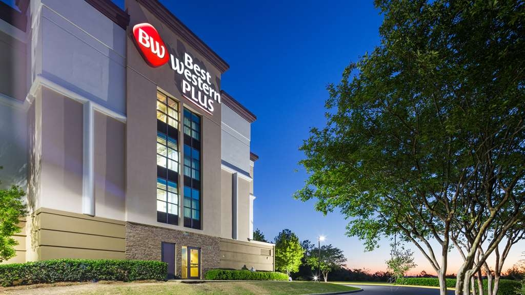 Best Western Plus Birmingham Inn & Suites - Best Western Plus serves as a beacon of beauty at night as you are driving on Hwy. 280.