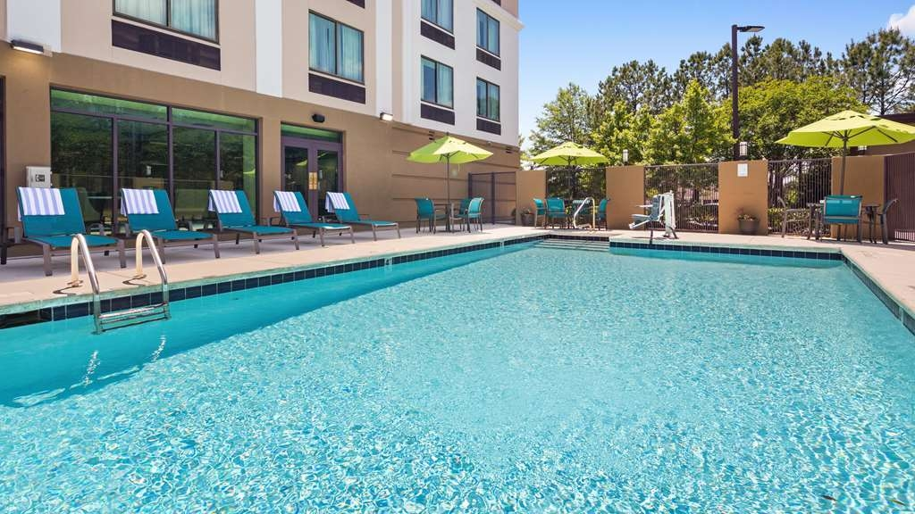 Best Western Plus Birmingham Inn & Suites - Relax while getting a great tan and taking a cool dip in our outside pool.