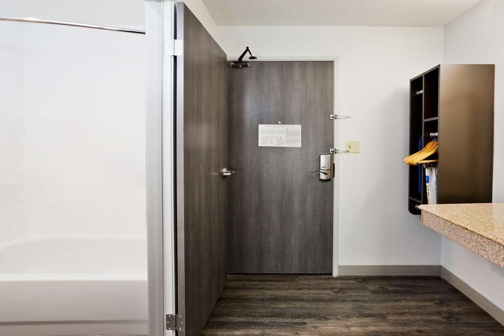 Best Western Montgomery I-85 North Hotel - Standard Guest Bathroom