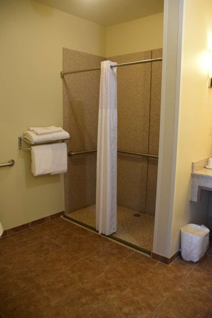 Best Western Dothan Inn & Suites - Mobility Accessible Double Queen Suite Bathroom