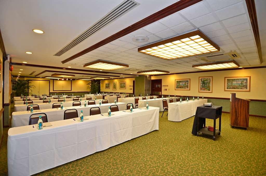 Best Western The Plaza Hotel - Arrange our meeting room in classroom style, round general session style or split the main room into two rooms.