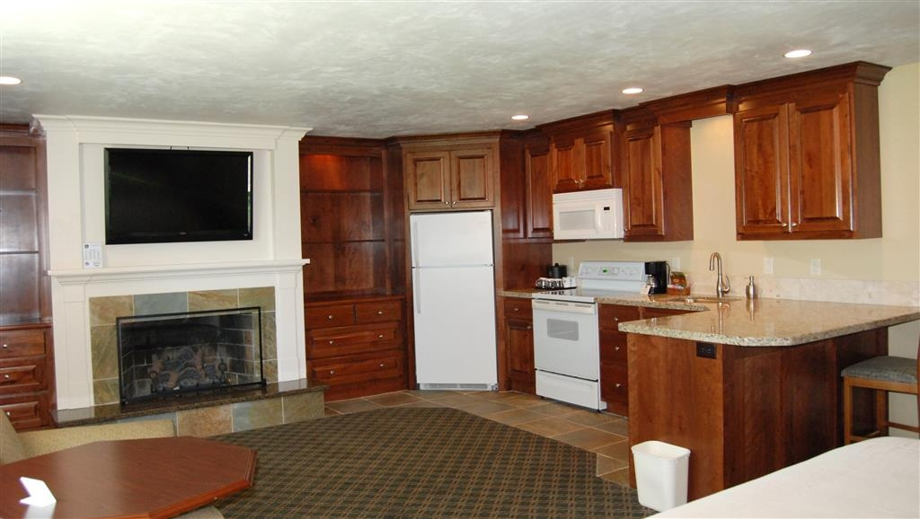 Best Western Driftwood Inn - Suite guest room with fireplace and jetted tub, two room guest room.