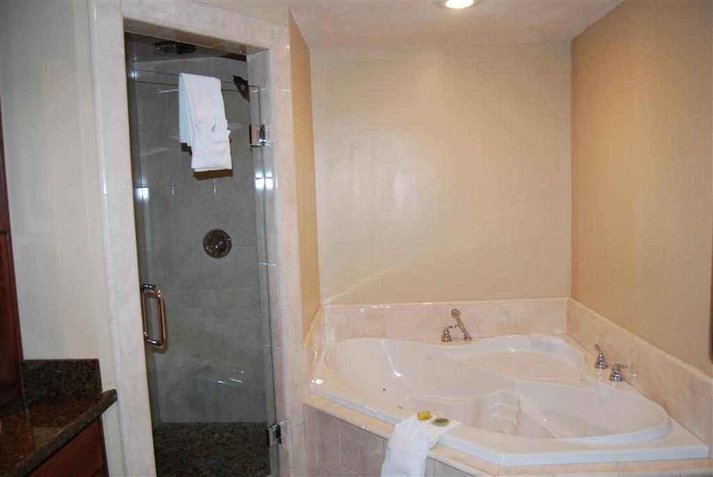 Best Western Driftwood Inn - Relax in the jetted tub of this guest room.