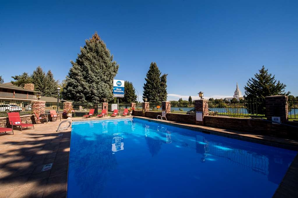 Best Western Driftwood Inn - Our outdoor heated pool offers a wonderful place to watch the river.
